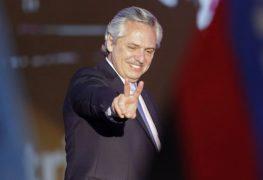 """ALBERTO FERNÁNDEZ EN EZEIZA: """"ENTRE TODOS NOS PONDREMOS DE PIE"""""""