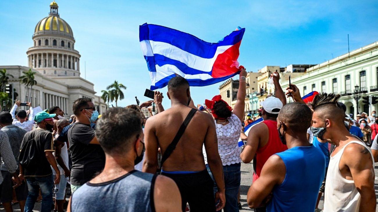 MILES DE CUBANOS SALIERON A LA CALLE CONTRA EL GOBIERNO DE DÍAZ-CANEL